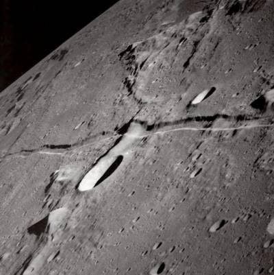 Катящиеся валуны на Луне