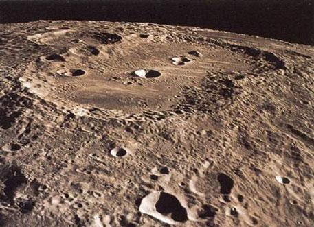 Поверхность Луны с орбиты