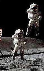 Реальный прыжок астронавта на поверхности Луны